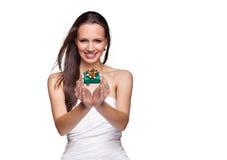 Ursnygg flicka med gåvan på vit bakgrund Royaltyfri Bild