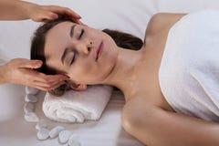 Ursnygg flicka som får massage av huvudet fotografering för bildbyråer