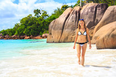 Ursnygg flicka som går vid stranden Arkivfoton