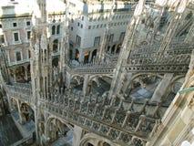 Ursnygg garnering av den DuomodiMilano domkyrkan av Milan som sett från takterrass royaltyfri foto