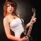 ursnygg gitarrspelare för kvinnlig royaltyfria bilder