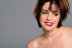 ursnygg hårkortslutningskvinna Arkivfoto