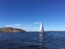 Ursnygg höst för solig dag för segelbåt Arkivbild