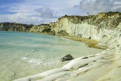Ursnygg kalkstenkustlinje med scenisk sikt av det cristal blåa havet i turkmoment i Sicilien på en dag för blå himmel arkivbild