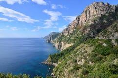 Ursnygg kust för Italien ` s Amalfi och medelhavs- sikter Royaltyfri Fotografi