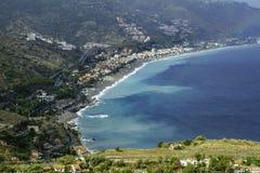 Ursnygg kustlinje med scenisk sikt av det cristal blåa havet i Taormina i Sicilien royaltyfria foton