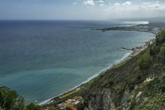 Ursnygg kustlinje med scenisk sikt av det cristal blåa havet i Taormina i Sicilien på en solig sommardag arkivfoto