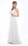 Ursnygg kvinna i brud- klänning för vitt mode Arkivbilder