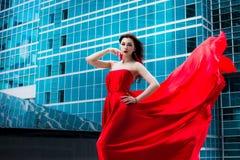 Ursnygg kvinna i röd fladdrad klänning svart isolerad begreppsfrihet Mode royaltyfri fotografi