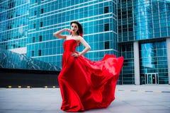 Ursnygg kvinna i röd fladdrad klänning svart isolerad begreppsfrihet Mode arkivfoto
