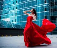 Ursnygg kvinna i röd fladdrad klänning svart isolerad begreppsfrihet Mode royaltyfri foto
