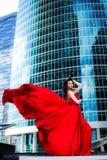 Ursnygg kvinna i röd fladdrad klänning svart isolerad begreppsfrihet Mode royaltyfria foton