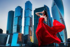 Ursnygg kvinna i röd fladdrad klänning svart isolerad begreppsfrihet Mode arkivbild