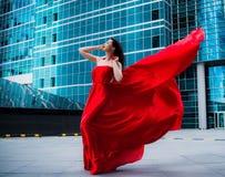 Ursnygg kvinna i röd fladdrad klänning svart isolerad begreppsfrihet Mode royaltyfria bilder