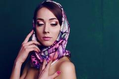 Ursnygg kvinna i retro stil, med den eleganta siden- halsduken Arkivfoton