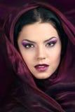 Ursnygg kvinna med den purpura scarfen Royaltyfri Fotografi