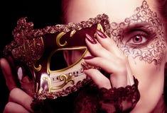 Ursnygg kvinna med maskeringen i marsalafärger royaltyfri fotografi