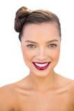 Ursnygg kvinna med röda kanter som ler på kameran Royaltyfri Fotografi