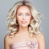 Ursnygg kvinna med Windy Hair blont lockigt hår Royaltyfria Bilder