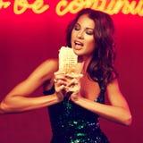 Ursnygg kvinna som äter kebab i nattklubb Arkivbild