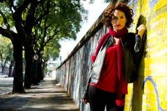 Ursnygg kvinna som poserar med grafitti Arkivfoto