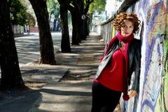 Ursnygg kvinna som poserar med grafitti Arkivbilder