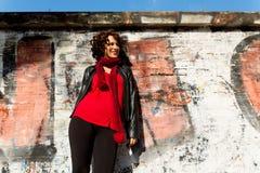 Ursnygg kvinna som poserar med grafitti Royaltyfri Bild