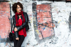 Ursnygg kvinna som poserar med grafitti Arkivbild