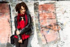 Ursnygg kvinna som poserar med grafitti Royaltyfria Bilder