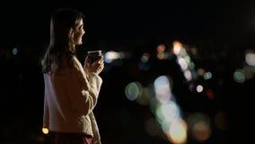 Ursnygg kvinna som tycker om nattstadsljus arkivfilmer