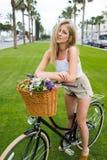Ursnygg modekvinnlig som poserar för kameran i en sommardag under helger Arkivfoto