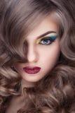 Ursnygg modell med perfekt hud och hår arkivbilder