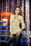 Ursnygg modell som poserar i modern en dekorerad nattklubbsilver royaltyfria bilder