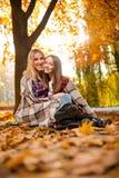 Ursnygg moder som kramar hennes gladlynta dotter arkivfoto