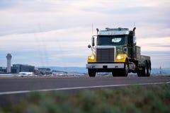 Ursnygg modern halv lastbil med hjälpmedelasken för mobil reparation av tr Arkivfoton