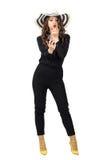 Ursnygg modeskönhet i svarta overaller som bär makeup för sommarhattfixande Royaltyfri Foto