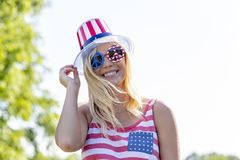 Ursnygg patriotisk blond modell Enjoying The 4th Juli Festivi royaltyfria foton