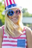 Ursnygg patriotisk blond modell Enjoying The 4th Juli Festivi arkivfoton