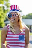 Ursnygg patriotisk blond modell Enjoying The 4th Juli Festivi royaltyfri bild