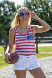 Ursnygg patriotisk blond modell Enjoying The 4th Juli Festivi royaltyfri foto