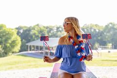 Ursnygg patriotisk blond modell Enjoying The 4th Juli Festivi royaltyfri fotografi