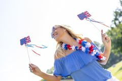Ursnygg patriotisk blond modell Enjoying The 4th Juli Festivi Arkivbild