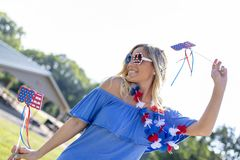 Ursnygg patriotisk blond modell Enjoying The 4th Juli Festivi royaltyfria bilder