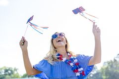Ursnygg patriotisk blond modell Enjoying The 4th Juli Festivi arkivfoto