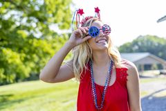 Ursnygg patriotisk blond modell Enjoying The 4th Juli Festivi royaltyfria foton
