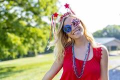 Ursnygg patriotisk blond modell Enjoying The 4th Juli Festivi royaltyfri bild