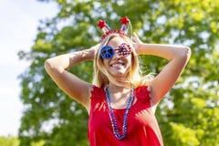 Ursnygg patriotisk blond modell Enjoying The 4th Juli Festivi fotografering för bildbyråer