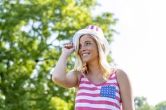 Ursnygg patriotisk blond modell Enjoying The 4th Juli Festivi royaltyfri foto