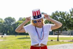 Ursnygg patriotisk blond modell Enjoying The 4th Juli Festivi arkivfoton