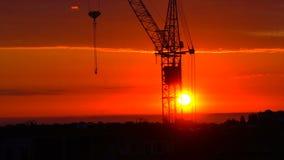 Ursnygg röd soluppgång på bakgrunden av en kran Timelapse arkivfilmer